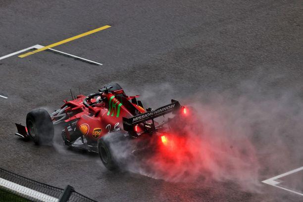 Charles Leclercin Ferrari nostatti valtavan vesimassan perässään.