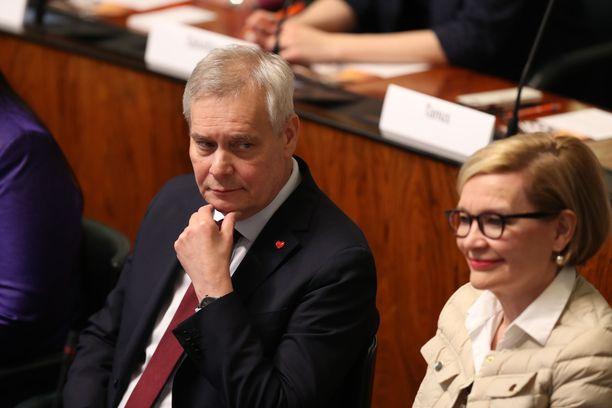 SDP:n puheenjohtaja Antti Rinne valittiin keskiviikkona eduskunnan puhemieheksi - todennäköisesti väliaikaiseksi sellaiseksi. Vieressä toinen varapuhemies Paula Risikko (kok).