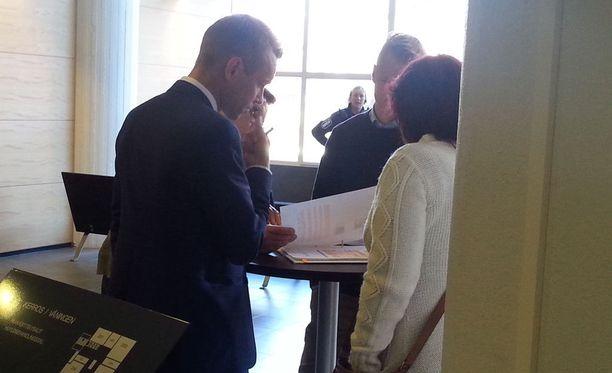 Kuvassa Mari Romano eli niin sanottu Malmin nainen (oikeassa laidassa) neuvottelee oikeuden tauolla asianajajansa kanssa käräjäoikeudessa syyskuussa 2015.