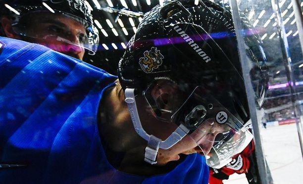 Mikko Rantanen laitakamppailussa eilisessä Kanada-ottelussa, jonka Suomi voitti komeasti 5-1.