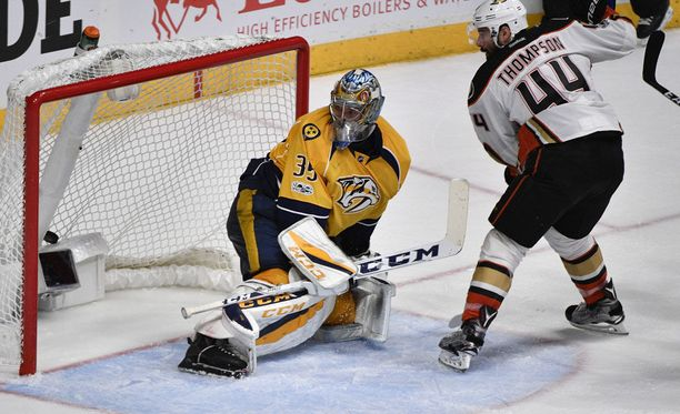 Nate Thompson ohjasi ottelun voittomaalin Pekka Rinteen edestä.