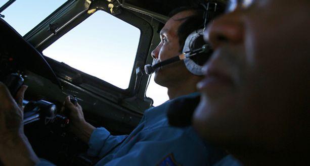 Konetta on pääasiallisesti etsitty merialueelta Malesian ja Vietnamin väliltä. Kuvassa etsintöihin osallistuneita vietnamilaislentäjiä.