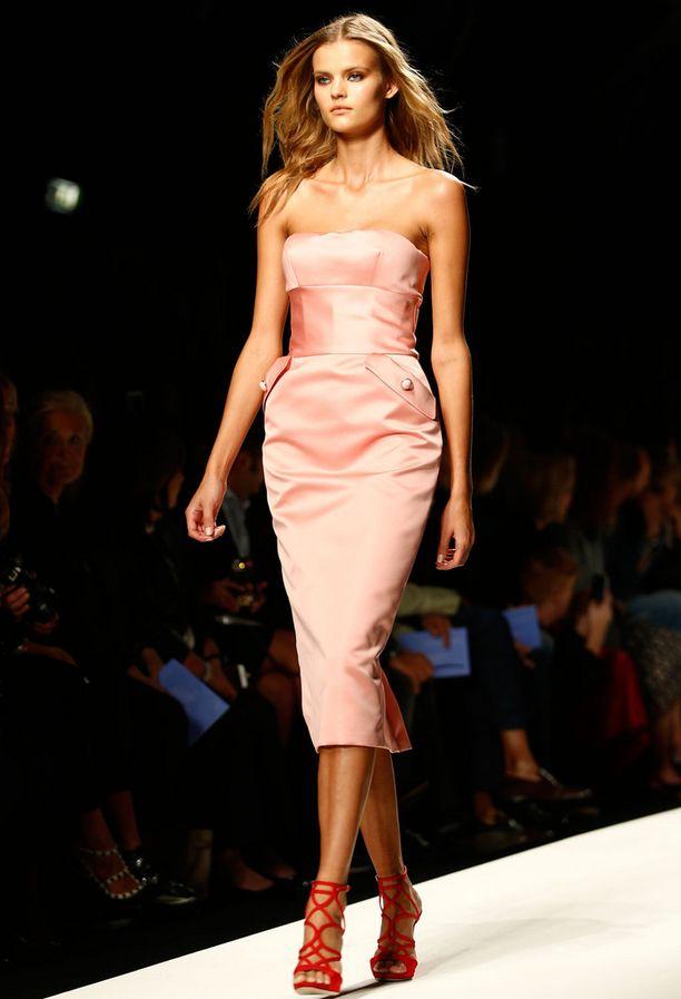Vaaleanpunaista satiinia ja tiukka malli – Ermanno Scervinon supernaisellinen mekko tulee olemaan hitti.