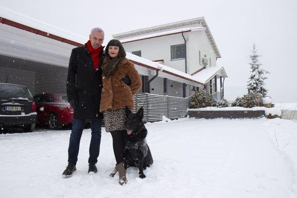 –Meidän taloudellinen tilanteemme mahdollistaa sen, että pystymme elämään just sellaista elämää kuin me haluamme elää, Kari ja Satu lausuvat Tuto-koira vierellään.