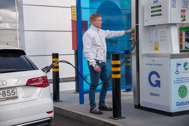 –Veljelläni on aina ollut halua tarttua uusiin ympäristöystävällisiin ja paikallisiin ratkaisuin. Meillä muilla on sama idea taustalla, kertoo Aapo Wennström perheenjäsenistään, jotka ajavat kaasuautolla.