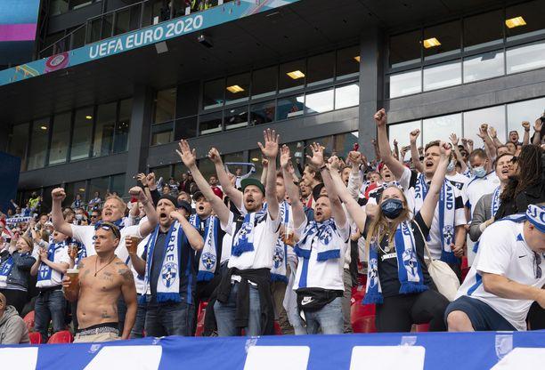 Suomen kannattajia EM-kisoissa.