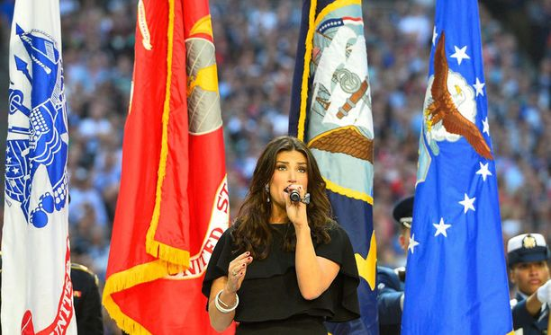 Idina Menzel lauloi ennen ottelun alkua USA:n kansallislaulun.