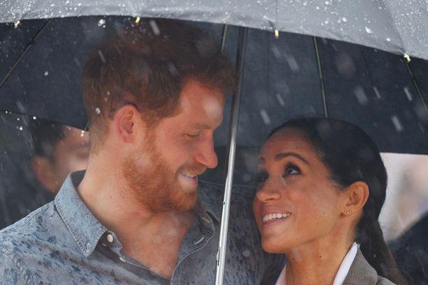 Sade ei vaikuttanut herttuaparin hehkuvaan onneen. Tässä rakkaudellinen katse Harrylta Meghanille.