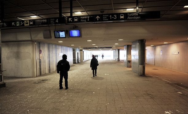 Romanialainen kerjäläinen ja hänen nuori uhrinsa kohtasivat sattumalta Leppävaaran asemalla. Kuvassa aseman alikulkutunneli.