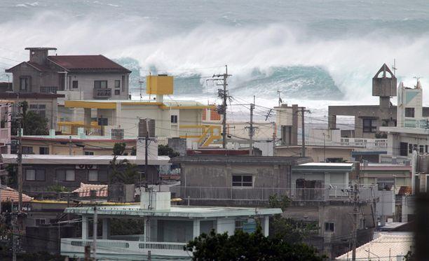 Taifuuni nostatti jättimäisiä aaltoja Okinawan saarelle Nanjon kaupunkiin.