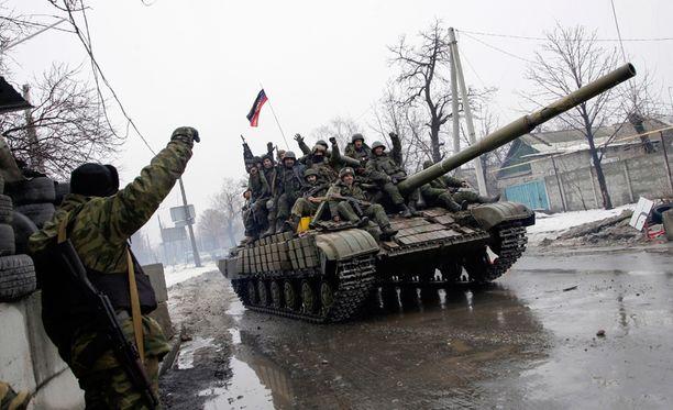 Separatistit ajelivat panssarivaunulla Donetskissa tammikuun lopulla.