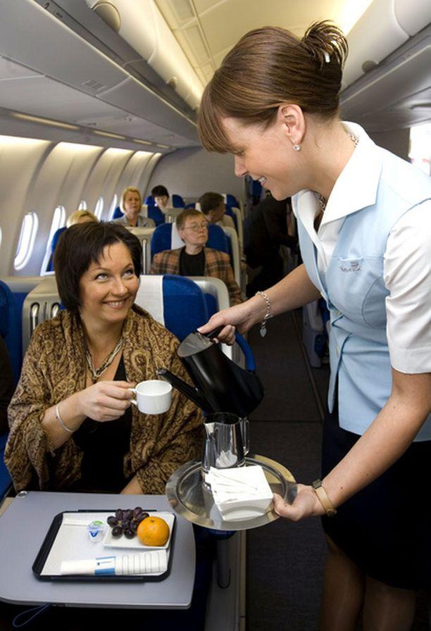 VAIN KAHVIA? Finnair aikoo lopettaa ilmaisen alkoholitarjoilun Euroopan reiteillään.