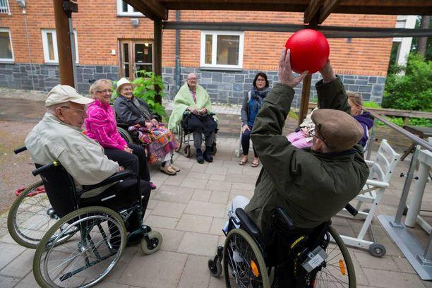Vasemmistoliiton kansanedustajat aikovat työskennellä yhden työvuoron verran vanhainkodissa. Kustaankartanon palvelukeskuksen asukkaat viettivät jumppahetkeä kesäkuussa 2014.