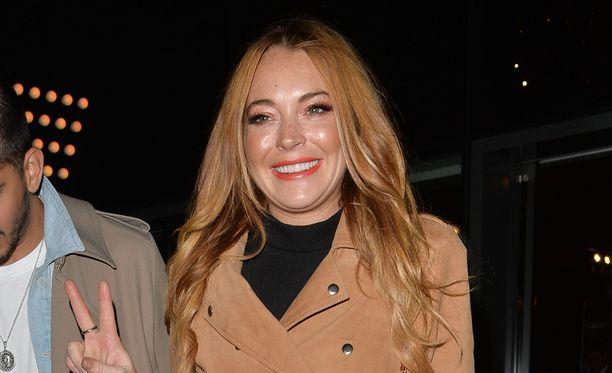 Venäläisperijä kihlasi Lindsay Lohanin viikonloppuna.