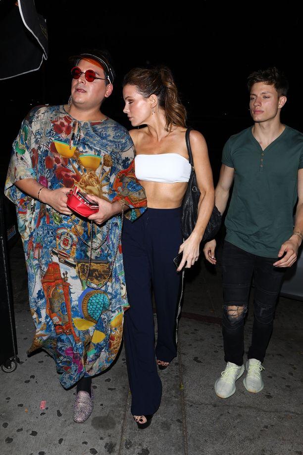 Kate Beckinsale piti kiinni toisen ystävänsä käsipuolesta, kun taas Matt Rife käveli hänen toisella puolellaan.