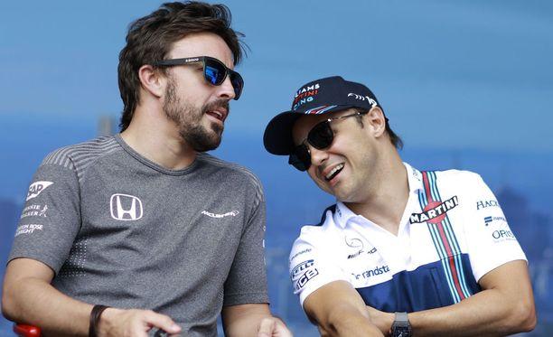 - Ainoastaan silloin kun hän laskee kypäränsä visiirin alas, hänestä tulee eri ihminen, Massa (oik.) kuvailee Alonsoa.