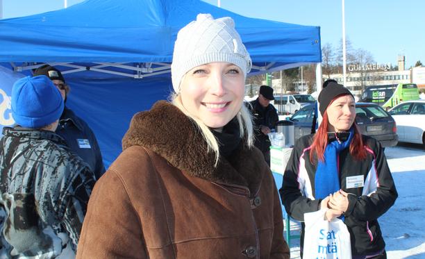 Kansanedustaja Laura Huhtasaari vaatii perussuomalaisia ryhdistäytymään Risikon esitystä vastaan.