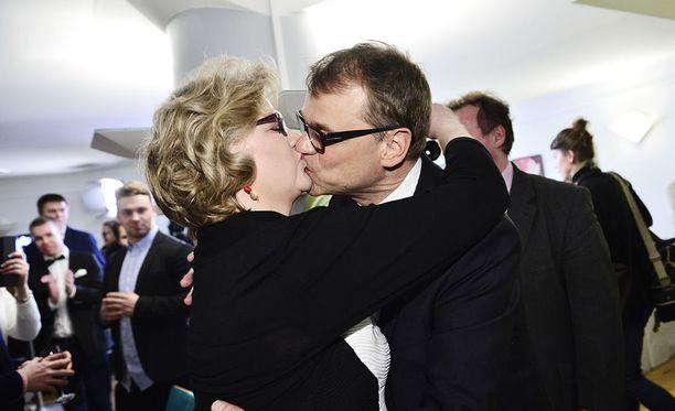 Minna-Maaria Sipilä onnitteli miestään suudelmalla vaalivalvojaisissa 2015.