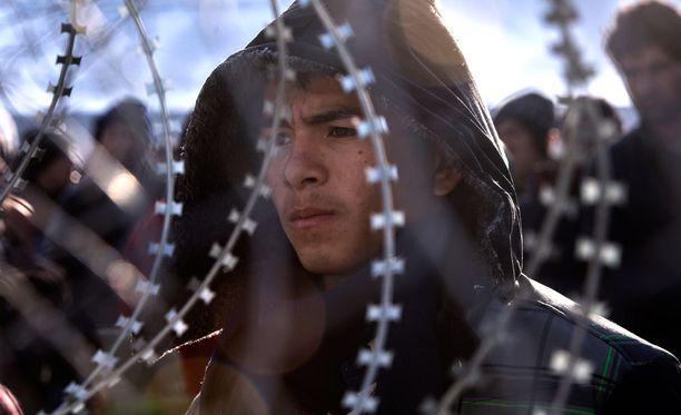 Mies odotti Makedonian rajalla lupaa jatkaa matkaansa.