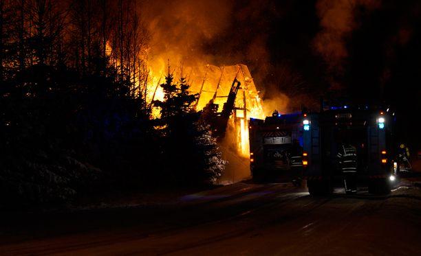 Auran palopaikalla oli peräti 11 pelastuslaitoksen yksikköä.