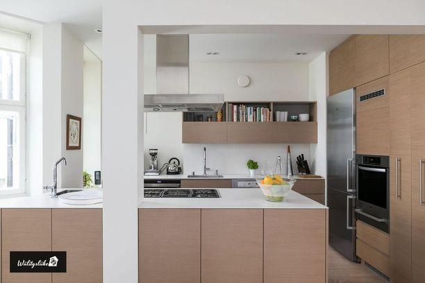 Moderni keittiö on selkeä, viimeistelty ja toimiva.