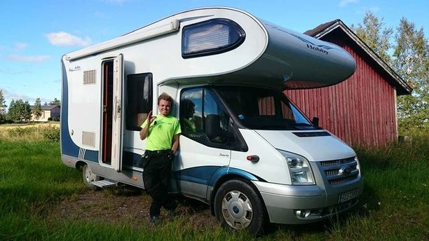 Leevi Hautamäki iloitsee asuntoautosta, jolla hän aikoo ajella pitkin Eurooppaa, Afrikkaa ja Aasiaa.