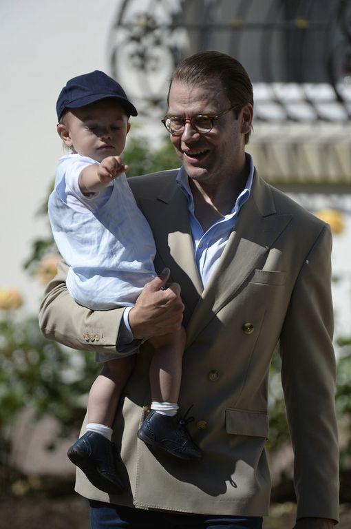 Prinssi Oscar suojautui auringolta lippalakilla.