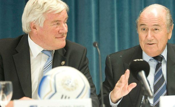 Pekka Hämäläinen yhdessä FIFA:n puheenjohtaja Sepp Blatterin kanssa vuonna 2007.