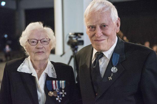 Veteraanit Senja Hynynen ja Kauko Rantahakala tulivat juhliin Sysmästä.