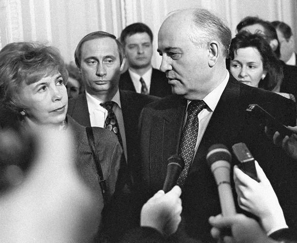Vielä vuonna 1994 Putin oli taustahahmona, etualalla Mihail Gorbatsov vaimoineen.