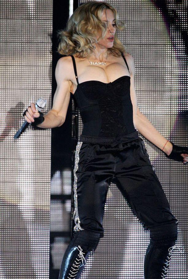 BBC:n kuulijat paheksuivat Madonnan kiroilua suorassa lähetyksessä.