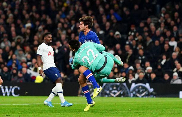 Paulo Gazzaniga ryntäsi holtittomasti vastaan ja kolasi Chelsean Marcos Alonson.