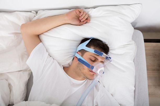 Uniapnean hoitoon käytetään CPAP-maskia. Kuvituskuva.