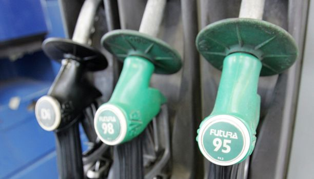 KAKSI PISTOOLIA. Perusbensiini muuttuu E10:ksi. Samalla asemilta jää pois joku nykyisistä bensiinilaaduista.