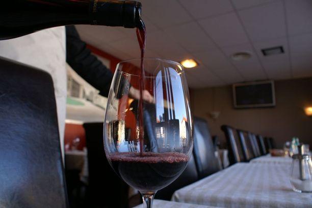Kaava toistuu joka kerta: Mies menee ravintolaan ja tilaa huoletta herkullisia aterioita alkuruokineen, oluineen ja viineineen.