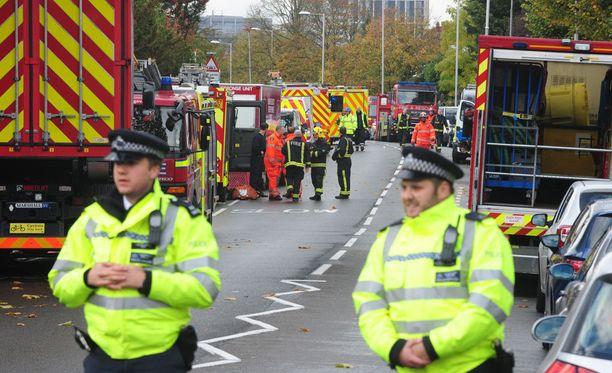 Raitiovaunu suistui kiskoiltaan Etelä-Lontoon Croydonissa varhain keskiviikkoaamulla ja kaatui kyljelleen.