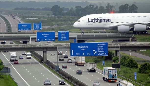 Koneet pääsevät Leipzigin pohjoiselle kiitotielle vain ylittämällä moottoritien siltaa pitkin.