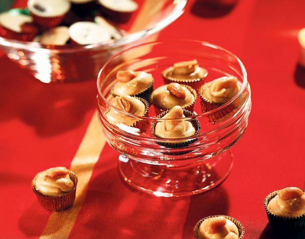 Pähkinäiset karamellit ja karpalo-valkosuklaat sopivat vaikka pikkujoulutuliaisiksi.