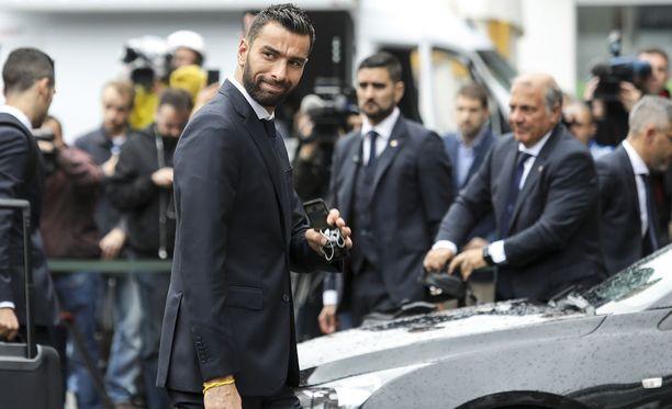 Rui Patricio torjuu jalkapallon MM-turnauksessa Portugalin maalilla. Hänen vaimonsa on ottanut kantaa MM-turnauksien yhteydessä puhuttaviin selibaattiasioihin.