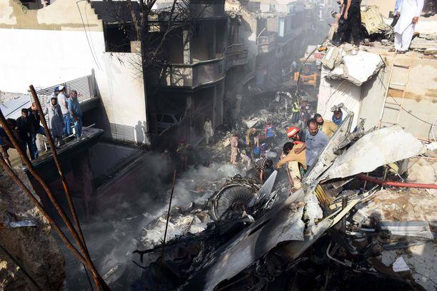 Matkustajalentokone teki tuhoa pudotessaan tiiviisti asutetulle asuinalueelle Pakistanin Karachissa.
