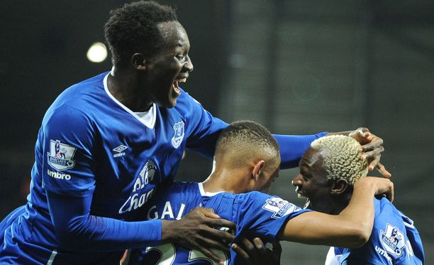Evertonin Romelu Lukaku (vas.) juhlii voittomaaliaan.