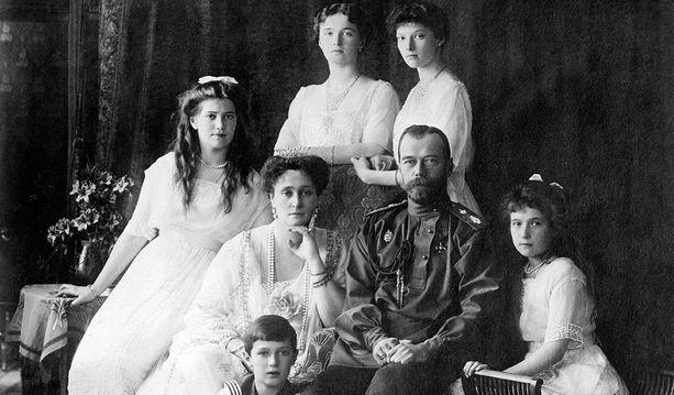 Keisariperheen yhteiskuva vuodelta 1913, jolloin Romanovien valtaan astumisesta oli tullut kuluneeksi 300 vuotta.