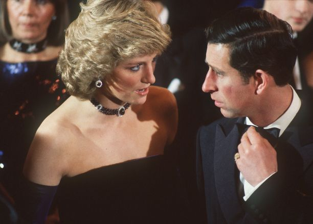 Ongelmia prinsessa Dianan ja prinssi Charlesin suhteeseen toi prinssi Charlesin ex-naisystävän jatkuva pyöriminen kuvioissa. Nykyisin prinssi Charles on naimisissa herttuatar Camillan kanssa.