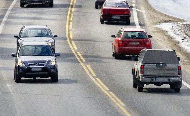 Poliisi kehoittaa autoilijoita olemaan varovaisia tienvarteen pysäytettyjen autojen kanssa.