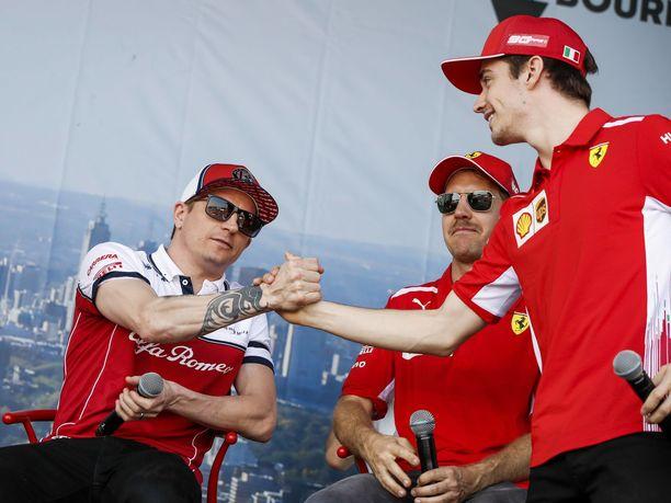 Sebastian Vettel seurasi sivusta, kun hänen entinen tallikaverinsa Kimi Räikkönen ja nykyinen tallikaveri Charles Leclerc paiskasivat kättä kauden 2019 avaustilaisuudessa Australian Melbournessa.