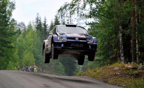 Jari-Matti Latvala ajaa kohti Suomen MM-rallin voittoa.
