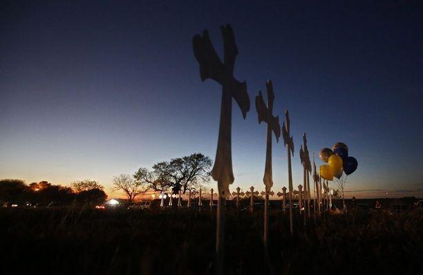 Sutherland Springsiin pystytettiin 26 ristiä paikallisessa baptistikirkossa ammuttujen muistolle. Uhrit olivat 1,5-77-vuotiaita.
