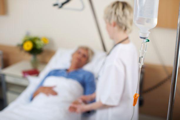 16 vanhusta kohden on lähihoitajan mukaan 2,5 hoitajaa. Tuloksena on jatkuva kiire ja inhimillisten kohtaamisten puuttuminen. Kuvituskuva.