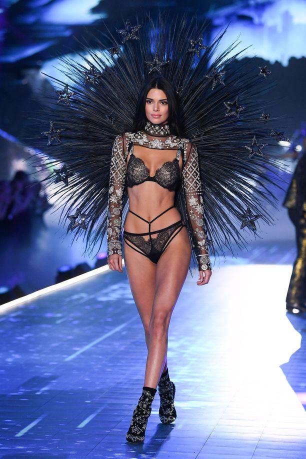 Näytöksessä nähtiin myös Kendall Jenner, mutta riittävätkö nuorten fanittamat it-nimet nostamaan brändin suosiota?