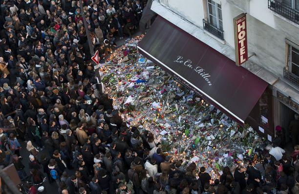 Väkijoukko kerääntyi muistamaan Pariisin terrori-iskun uhreja vuoden 2015 marraskuussa.